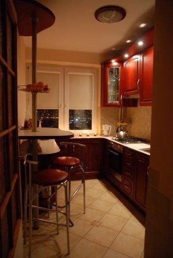 Узкая кухня с барной дизайн