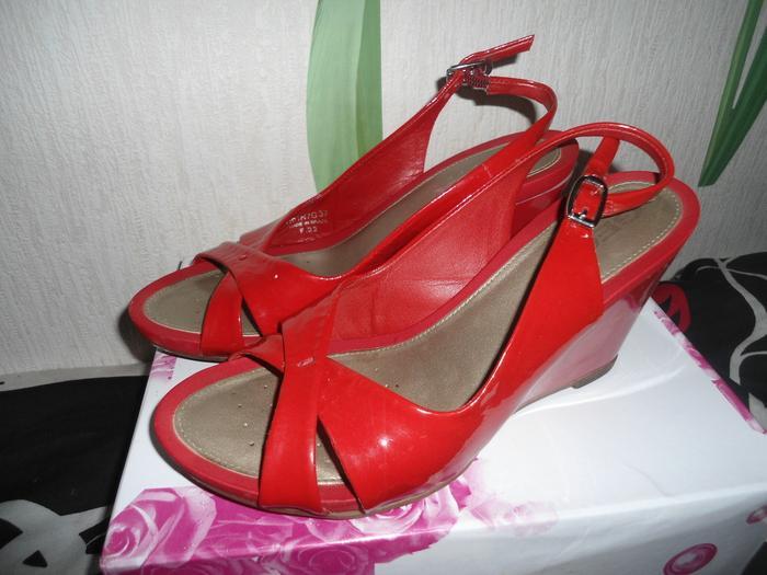 Красные лаковые босоножки фирмы Geox, 37 размер.