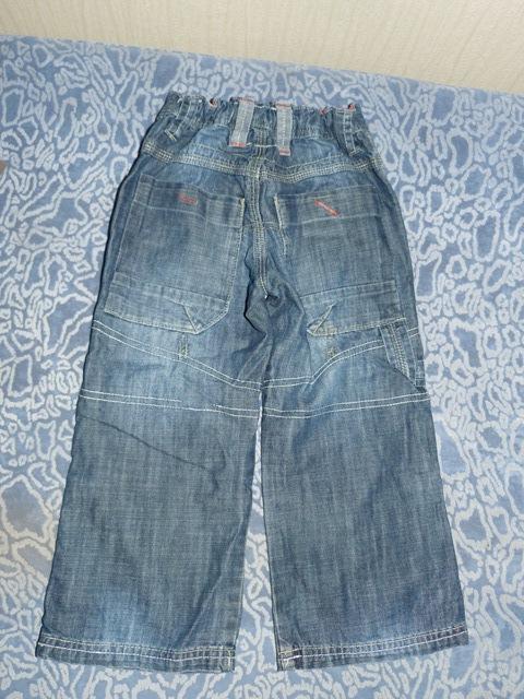 """Очень удобные тонкие джинсы.  Одна коленка  """"собирается """" протираться.  Подворачиваются как капри на пуговки."""