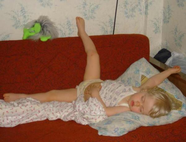 На кровати в трусиках домашнее фото, текущая киска мастурбация
