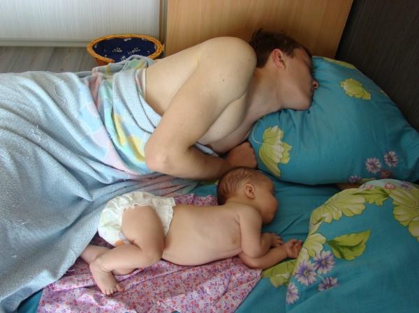 сын подглядывает за мамочкой