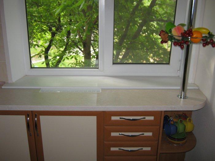 Кухня с двумя окнами ... - подоконник совмещенный со столешн.