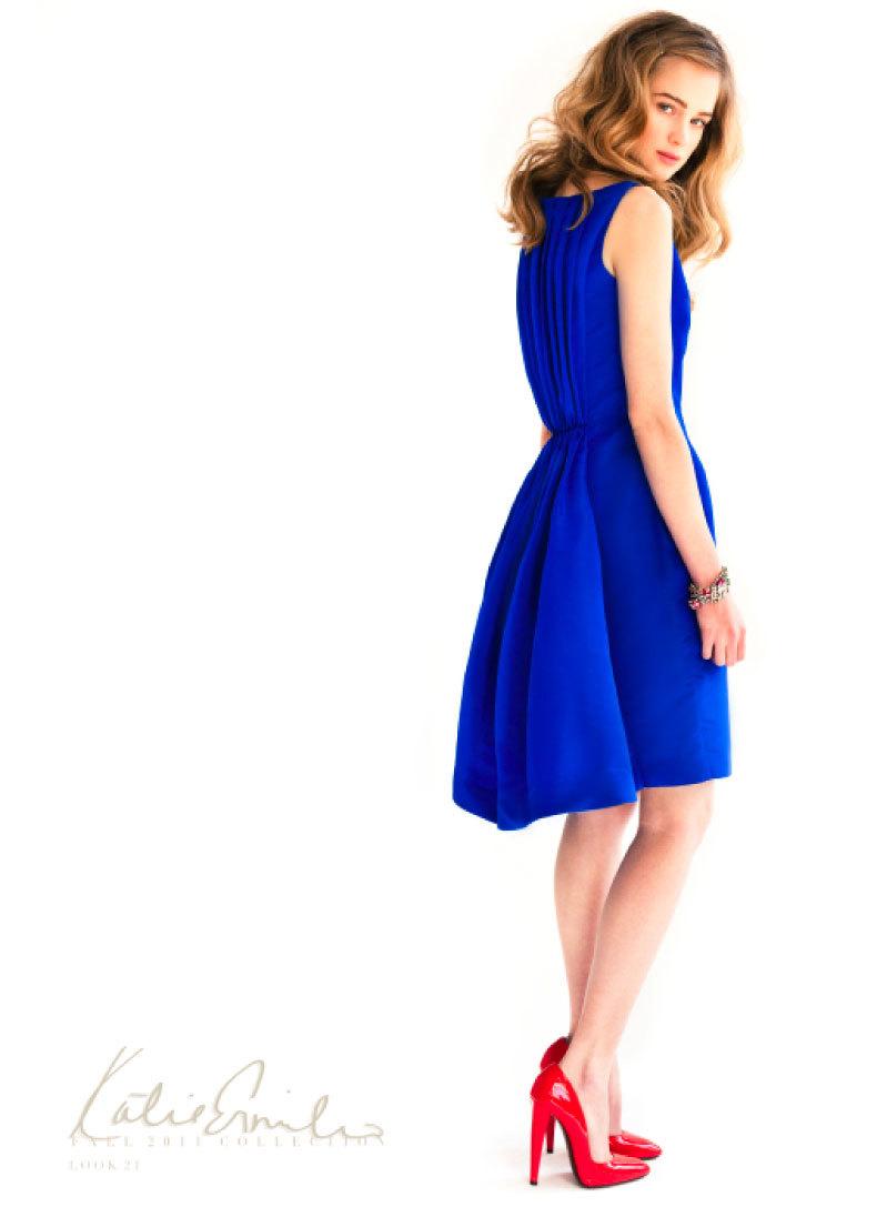 Синие платье в пол и красные туфли